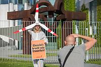 """Protest der Kampagnenorganisation campact unter dem Motto """"Wind machen vorm Kanzleramt"""" am Mittwoch den 9. Mai 2018 vor dem Kanzleramt gegen die Plaene von Wirtschaftsminister Peter Altmaier (CDU) den in den Koalitionsverhandlungen beschlossenen schnellen Ausbau der Erneuerbaren Energie vorerst im neuen Energiegesetz nicht zu beruecksichtigen.<br /> 9.5.2018, Berlin<br /> Copyright: Christian-Ditsch.de<br /> [Inhaltsveraendernde Manipulation des Fotos nur nach ausdruecklicher Genehmigung des Fotografen. Vereinbarungen ueber Abtretung von Persoenlichkeitsrechten/Model Release der abgebildeten Person/Personen liegen nicht vor. NO MODEL RELEASE! Nur fuer Redaktionelle Zwecke. Don't publish without copyright Christian-Ditsch.de, Veroeffentlichung nur mit Fotografennennung, sowie gegen Honorar, MwSt. und Beleg. Konto: I N G - D i B a, IBAN DE58500105175400192269, BIC INGDDEFFXXX, Kontakt: post@christian-ditsch.de<br /> Bei der Bearbeitung der Dateiinformationen darf die Urheberkennzeichnung in den EXIF- und  IPTC-Daten nicht entfernt werden, diese sind in digitalen Medien nach §95c UrhG rechtlich geschuetzt. Der Urhebervermerk wird gemaess §13 UrhG verlangt.]"""