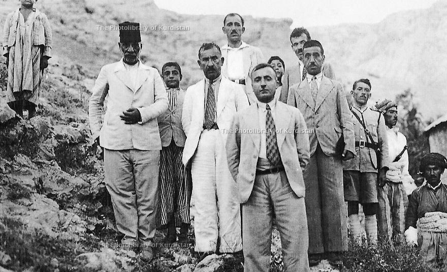 Irak 1930 .Devant Ismael Shawess, kaimakan de Akrah.Iraq 1930. In front, Ismael Shawess, kaimakan of Akrah
