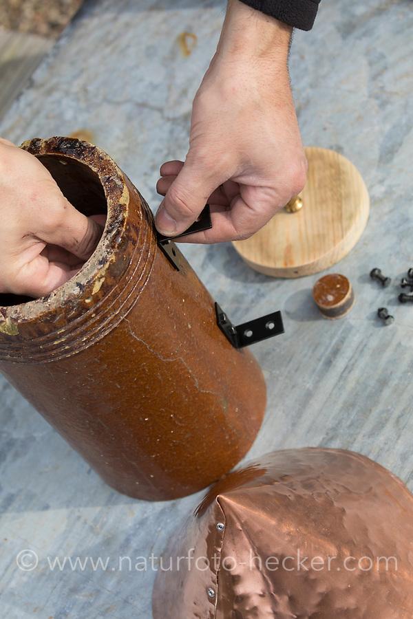 Ein Stück einer Tonröhre wird umgebaut zum Nistkasten, Vogelnistkasten, Meisenkasten, Deko, Dekoration. Schritt 2: Winkel werden zur Anbringung des Kastens gegenüber des Einflugloches angebracht. Upcycling, Bastelei.