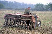 - tractor working in the fields for sowing in the province of Piacenza....- trattore al lavoro nei campi per la semina in provincia di Piacenza......