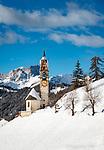 Italien, Suedtirol (Trentino - Alto Adige), Gadertal, Wengen: Blick von Altwengen zur spaetgotischen Barbarakapelle, im Hintergrund die Puez-Geisler-Gruppe im Naturpark Puez-Geisler | Italy, South Tyrol (Trentino - Alto Adige), La Valle: view from Old-Wengen towards chapel Saint Barbara,  at background Puez-Geisler-Group at Puez-Geisler Nature Park (Parco naturale Puez Odle)