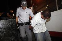 SÃO BERNARDO DO CAMPO, SP, 22/08/2012, ASSALTO CASAS BAHIA. Mais de cinquenta pessoas foram feitas refens durante um assalto a uma loja das Casas Bahia na Av. do Taboão nº 3.990 em S. Bernardo do Campo, na noite de ontem (21). A policia chegou rápido ao local e conseguiu prender dois assaltantes, com eles foi aprrendido um revolver calibre 38 e dois veiculo, um deles pretencente a mãe de um dos presos, já o Fiat Doublo era roubado. Os meliantes fizeram os refens carregarem os produtos roubados até o veiculos que seriam usados na fuga. O caso foi registrado no 2ª Delegacia de S.B. do Campo. Luiz Guarnieri/ Brazil Photo Press.
