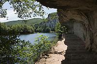 Europe/France/Midi-Pyrénées/46/Lot/Env de Saint-Cirq-Lapopie/Bouziès: Chemin de Halage creusé dans la roche et Navigation Fluviale sur le Bief de l'écluse de Ganil