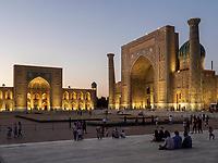 Registan mit Tilla Kori und Sherdor Medrese, Samarkand, Usbekistan, Asien, UNESCO Weltkulturerbe<br /> Tilla Kori and Sherdor Madrasa at Registan Square, Samarkand, Uzbekistan, Asia, UNESCO Heritage Site
