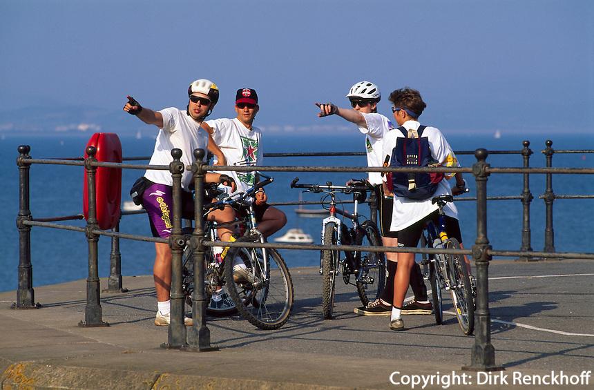 Großbritannien, Wales, Swansea, Radwanderer an der  Pier von Mumbles
