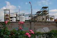 Brescia / Italia - giugno 2013<br /> Muro di cinta dell'industria chimica Caffaro, nel centro di Brescia. Alla base del muro vicino ai binari c'è tuttora lo scarico attraverso il quale defluivano nell'acqua le sostanze inquinanti. Per 50 anni la Caffaro ha scaricato senza alcuna filtrazione ingenti quantità di PCB che hanno gravemente contaminato l'ambiente. Le autorità hanno posto sotto sequestro ampie aree agricole ed è proibito consumare i prodotti del suolo. La cancerogenità del PCB è nota dagli anni '30. Sulle conseguenze per la salute si stanno facendo studi epidemiologici sulla popolazione bresciana ma le autorità sanitarie hanno già segnalato una percentuale di tumori sensibilmente più alta di quella nazionale.<br /> Foto Livio Senigalliesi