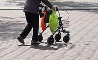 Nederland Amsterdam - 2021.  Amsterdam Bijlmer / Zuidoost.  Vrouw met rollator.   Foto ANP /  Hollandse Hoogte / Berlinda van Dam