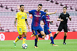 Jonathan Viera Ramos of UD Las Palmas (L) fights for the ball with Sergio Busquets Burgos of FC Barcelona (R) during the La Liga 2017-18 match between FC Barcelona and Las Palmas at Camp Nou on 01 October 2017 in Barcelona, Spain. (Photo by Vicens Gimenez / Power Sport Images
