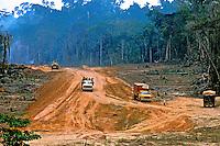 Construção da rodovia Tranamazônica em Marabá, Pará. 1983. Foto de Nair Benedicto.