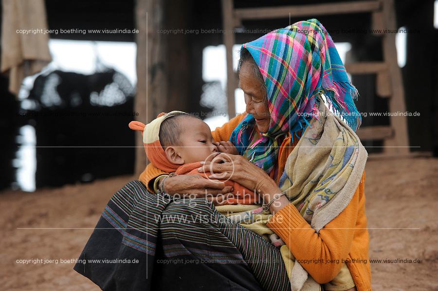 LAOS, province Oudomxay , village Houyta, ethnic group Khmu, old woman with grandchild / LAOS Provinz Oudomxay Dorf Houyta , Ethnie Khmu , alte Frau mit Kind