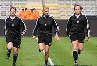 15 Mei 2010 Bekerfinale vrouwen : Sinaai Girls - RSC Anderlecht  : de scheidsrechters met Virginie Derouaux ,  Claudine Brohet (midden) en Anne Cheron (rechts).foto DAVID CATRY / Vrouwenteam.be