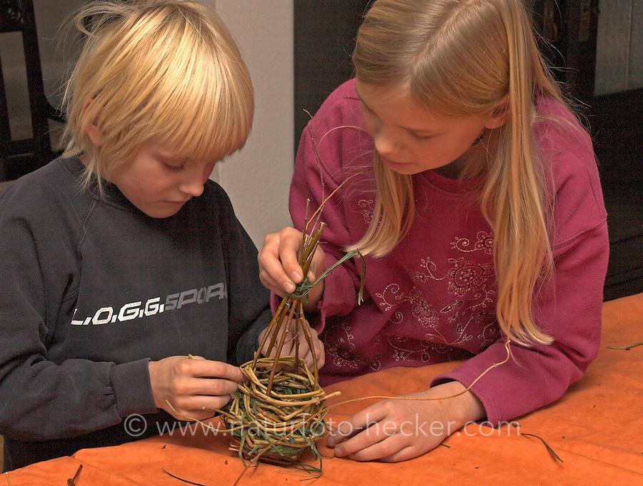 Kinder flechten Nistkugel für Vögel, Vogel, Nisthilfe, Nest, Kugelnest. Kinder verflechten dünne Zweige