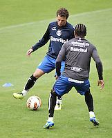 BOGOTA - COLOMBIA - 15-05-2013: Elano (Izq.)  y Ze Roberto (Der.) jugadores del Gremio durante entreno en el Estadio Nemesio camacho El Campin en la ciudad de Bogota, mayo 15 de 2013. El gremio de Brasil se encuentra en Bogota para disputar partido de vuelta de la Copa Bridgestone Libertadores contra el Independiente Santa Fe, el proximo mayo 16 en el estadio Nemesio Camacho el Campin. (Foto: VizzorImage / Luis Ramirez / Staff). Elano (R) and Ze Roberto (L) players of Gremio during a training in the Nemesio Camacho El Campin in the city of Bogota, May 15, 2013. Gremio of Brazil is in Bogota to play second leg of the Copa Bridgestone Libertadores against Independiente Santa Fe, next May 16 in the stadium Nemesio Camacho el Campin. (Photo: VizzorImage / Luis Ramirez / Staff).