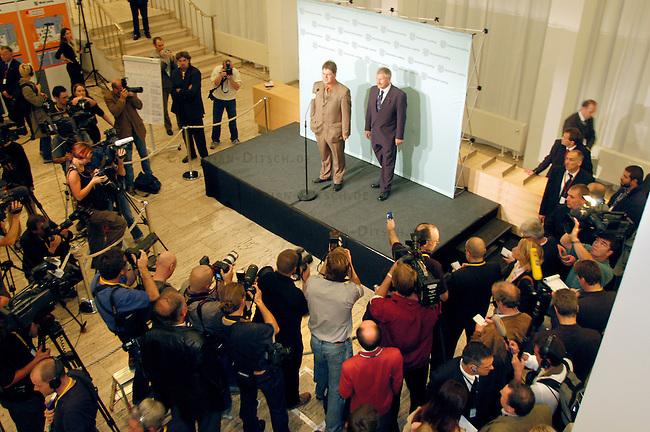 NPD im saechsischen Landtag<br /> Die NPD ist seit 1968 zum ersten mal wieder in ein Landesparlament gewaehlt worden. Sie erreichte ueber 9 Prozent der abgegebenen Waehlerstimmen.<br /> Vlnr.: NPD-Spitzenkandidat Holger Apfel (1970, Verlagskaufmann, Stadtrat in Dresden) (links) und NPD-Parteivorsitzender Udo Voigt (rechts) posieren fuer die Medien im Saechsischen Landtag. <br /> 19.9.2004, Dresden<br /> Copyright: Christian-Ditsch.de<br /> [Inhaltsveraendernde Manipulation des Fotos nur nach ausdruecklicher Genehmigung des Fotografen. Vereinbarungen ueber Abtretung von Persoenlichkeitsrechten/Model Release der abgebildeten Person/Personen liegen nicht vor. NO MODEL RELEASE! Nur fuer Redaktionelle Zwecke. Don't publish without copyright Christian-Ditsch.de, Veroeffentlichung nur mit Fotografennennung, sowie gegen Honorar, MwSt. und Beleg. Konto: I N G - D i B a, IBAN DE58500105175400192269, BIC INGDDEFFXXX, Kontakt: post@christian-ditsch.de<br /> Bei der Bearbeitung der Dateiinformationen darf die Urheberkennzeichnung in den EXIF- und  IPTC-Daten nicht entfernt werden, diese sind in digitalen Medien nach §95c UrhG rechtlich geschuetzt. Der Urhebervermerk wird gemaess §13 UrhG verlangt.]