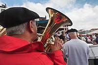 Europe/France/Aquitaine/64/Pyrénées-Atlantiques/Pays-Basque/Bayonne: Orchestre lors du Championnat du Monde d' omelette aux piments pendant les Fêtes de Bayonne