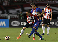 BARRANQUIILLA - COLOMBIA, 19-09-2017: Ruben Leonardo Pico (Izq) del Atlético Junior de Colombia disputa el balón con Diego Churin Puyo (Der) jugador de Cerro Porteño de Paraguay durante partido de vuelta por los octavos de final, llave 5, de la Copa CONMEBOL Sudamericana 2017  jugado en el estadio Metropolitano Roberto Meléndez de la ciudad de Barranquilla. / Ruben Leonardo Pico (L) player of Atlético Junior of Colombia struggles the ball with Diego Churin Puyo (R) player of Cerro Porteño of Paraguay during second leg match for the eight finals, key 5, of the Copa CONMEBOL Sudamericana 2017played at Metropolitano Roberto Melendez stadium in Barranquilla city.  Photo: VizzorImage / Gabriel Aponte / Staff