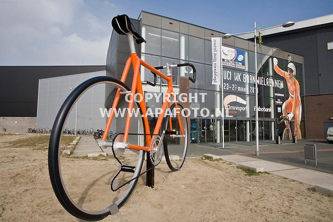 Apeldoorn, 15-03-2011 Foto: Koos Groenewold/ APA Foto<br /> Dhr Hulsebos met fiets ivm WK Baanwielrennen en sfeer bij Omni sportcentrum en rotondes met racefietsen