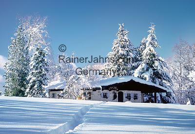 Deutschland, Bayern, Oberbayern, Chiemgau, Winterlandschaft und Almhuette | Germany, Bavaria, Upper Bavaria, Chiemgau, Winter scenery and alpine pasture hut