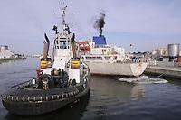 - porto di Ravenna, nave mercantile e rimorchiatore in manovra<br /> <br /> - port of Ravenna, merchant ship and tug manoeuvring