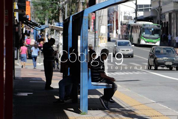 Campinas (SP), 25/03/2021 - Covid-SP - Av Campos Salles. Movimentação na região central de Campinas, no interior de São Paulo, nesta quinta-feira (25). A cidade vai ampliar as medidas restritivas na quarentena a partir desta sexta-feira (26). Com as novas regras, será permitido o acesso de apenas uma pessoa por família em serviços essenciais, como supermercados e padarias, e o drive-thru será exclusivo para alimentação - comércio em geral poderá atender somente por delivery.