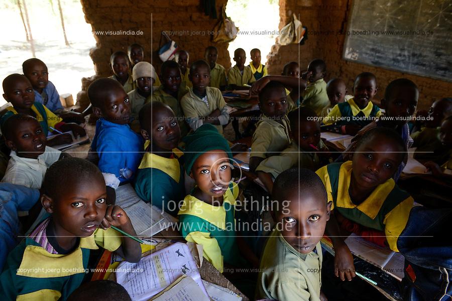 KENYA, Mount Kenya East, Region South Ngariama, goverment village school with classroom in bad condition / KENIA, Dorfschule mit Schulraeumen in katastrophalem Zustand