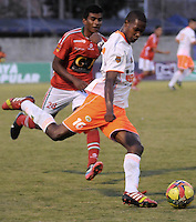 ENVIGADO -COLOMBIA-06-04-2014. Nelson Lemus (Der) de Envigado FC disputa el balón con Raul Loaiza (Izq) de Patriotas FC durante partido por la fecha 15 de la Liga Postobón I 2014 realizado en el Polideportivo Sur de la ciudad de Envigado./ Nelson Lemus (R) of Envigado FC fights for the ball with Raul Loaiza (L) of Patriotas FC during match for the 15th date of the Postobon League I 2014 at Polideportivo Sur in Envigado city.  Photo: VizzorImage/Luis Ríos/STR