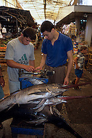 Europe/Turquie/Antalya : Marché - Pesée d'un poisson scie