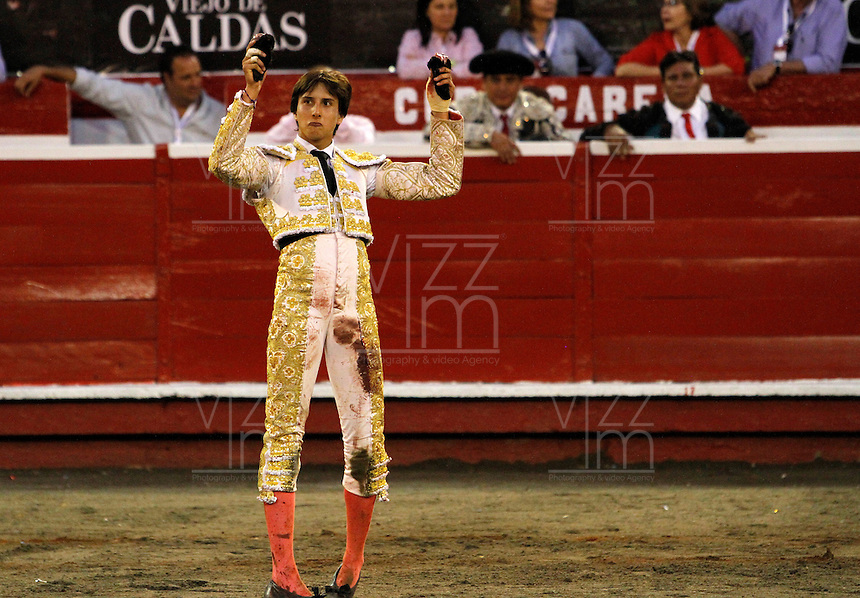 MANIZALES-COLOMBIA. 05-01-2016: Andres Roca rey recibe las dos orejas durante la segunda corrida como parte de la versión número 60 de La Feria de Manizales 2016 que se lleva a cabo entre el 2 y el 10 de enero de 2016 en la ciudad de Manizales, Colombia. / The bullfighter Andres Roca Rey receives the two ears during the second bullfight as part of the 60th version of Manizales Fair 2016 takes place between 2 and 10 January 2016 in the city of Manizales, Colombia. Photo: VizzorImage / Santiago Osorio / Cont