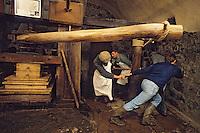 Europe/France/Auverne/63/Puy-de-Dôme/Env. d'Ambert/Moulin Richard-de-Bas: Musée historique du papier - Fabrication artisanale du papier - Pressage // Europe, France, Auverne, Puy-de-Dôme, Env. d'Ambert: Richard de Bas paper mill and museum