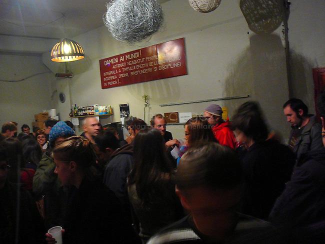 Devant le bar, les gens attendent que le spéctacle commence.