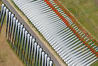 Fluegellager: EUROPA, DEUTSCHLAND,  NIEDERSACHSEN (EUROPE, GERMANY), 06.09.2013: Lager von  Windfluegeln fuer Windkraftanlagen im Meer, Der Lagerplatz befindet sich nahe der Elbe bei Stade um die Windfluegel per Schiff zu transportieren.