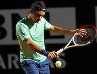 Lo svizzero Roger Federer in azione durante gli Internazionali d'Italia di tennis a Roma, 16 Maggio 2013..Switzerland's Roger Federer in action during the Italian Open Tennis tournament ATP Master 1000 in Rome, 16 May 2013.UPDATE IMAGES PRESS/Riccardo De Luca