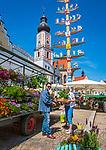 Deutschland, Bayern, Oberpfalz, Naturpark Oberer Bayerischer Wald, Cham: Wochenmarkt auf dem Marktplatz mit Stadtpfarrkirche St. Jakob | Germany, Bavaria, Upper Palatinate, Nature Park Upper Bavarian Forest, Cham: market at Market Square with parish church St. Jacob