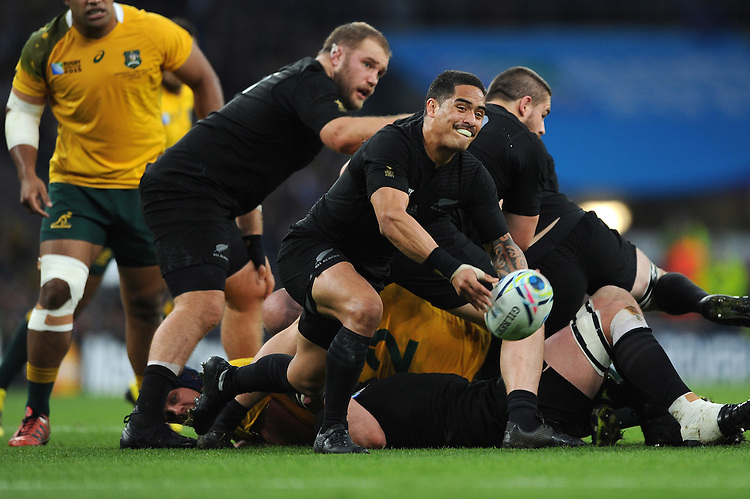 Aaron Smith of New Zealand sets the backline free during the Rugby World Cup Final between New Zealand and Australia - 31/10/2015 - Twickenham Stadium, London<br /> Mandatory Credit: Rob Munro/Stewart Communications