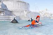 Scott Dixon, Chip Ganassi Racing Honda, Jumps in the Scott Fountain