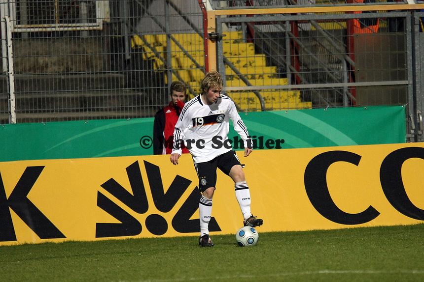 Maximilian Beister (Hamburger SV)<br /> Deutschland vs. Finnland, U19-Junioren<br /> *** Local Caption *** Foto ist honorarpflichtig! zzgl. gesetzl. MwSt. Auf Anfrage in hoeherer Qualitaet/Aufloesung. Belegexemplar an: Marc Schueler, Am Ziegelfalltor 4, 64625 Bensheim, Tel. +49 (0) 151 11 65 49 88, www.gameday-mediaservices.de. Email: marc.schueler@gameday-mediaservices.de, Bankverbindung: Volksbank Bergstrasse, Kto.: 151297, BLZ: 50960101
