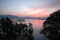 Udaipur / Indien..Sunset in Udaipur am Pichola See , auch Venedig des Ostens genannt und gilt bei vielen als der Romantischste Ort in ganz Indien...Blick auf den See vom Lake Corner Paying Guest House neben dem Stadtpalast...Weltbekannt auch aus dem James Bond Film Octopussi der hier teilweise vor diesen Kulissen in den 19 Achzigern Gedreht wurde und heute jeden Abend in den meissten Restaurants und Hotels gezeigt wird.
