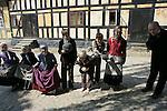 Foto: VidiPhoto..ARHUS - In het levend museum DenGambleBy in het Deense Arhus, een soort openluchtmuseum, gaan kinderen tijdens de zomervakantie vrijwillig een extra week naar school en dragen dan schoolkleding uit de 19e eeuw. Ze krijgen les in onder meer beleefdheid, discipline en worden onderwezen op dezelfde wijze als dat zo'n 200 jaar geleden in Denemarken gebruikelijk was. Voor de extra lessen is volgens het museum enorm veel belangstelling.