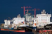 Schiffe im Hamburger Hafen auf Reede: EUROPA, DEUTSCHLAND, HAMBURG, (EUROPE, GERMANY), 27.12.2013: Schiffe im Hamburger Hafen auf Reede in der Norderelbe, im Hintergrund die Elbphilharmonie und der Marco Polo Tower