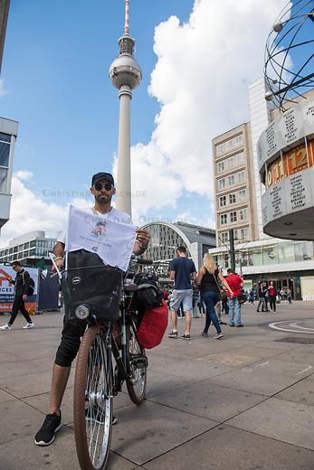 """Fahrradtour von Berlin nach Amsterdam fuer ein freies Syrien.<br /> Der syrische Anwalt aus Deir al Salam will mit seiner Fahrradtour unter dem Motto """"Advocate for free Syria"""" von Berlin nach Amsterdam ein Zeichen fuer Frieden in seinem Heimatland setzen.<br /> Er will am 21. August 2017 in Amsterdam mit Vertetern von Amnesty International zusammentreffen, dem 4. Jahrestag des Giftgasangriff auf die Stadt Ghuta am 21. August 2013.<br /> Moro al Ali ist 2015 als Gefluechteter in Deutschland angekommen.<br /> 13.8.2017, Berlin<br /> Copyright: Christian-Ditsch.de<br /> [Inhaltsveraendernde Manipulation des Fotos nur nach ausdruecklicher Genehmigung des Fotografen. Vereinbarungen ueber Abtretung von Persoenlichkeitsrechten/Model Release der abgebildeten Person/Personen liegen nicht vor. NO MODEL RELEASE! Nur fuer Redaktionelle Zwecke. Don't publish without copyright Christian-Ditsch.de, Veroeffentlichung nur mit Fotografennennung, sowie gegen Honorar, MwSt. und Beleg. Konto: I N G - D i B a, IBAN DE58500105175400192269, BIC INGDDEFFXXX, Kontakt: post@christian-ditsch.de<br /> Bei der Bearbeitung der Dateiinformationen darf die Urheberkennzeichnung in den EXIF- und  IPTC-Daten nicht entfernt werden, diese sind in digitalen Medien nach §95c UrhG rechtlich geschuetzt. Der Urhebervermerk wird gemaess §13 UrhG verlangt.]"""