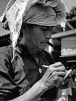 Eine ältere Frau macht sich Notizen und raucht dabei eine Zigarre, Paraguay 1960er Jahre. An elder lady taking down some notes while smoking a cigar, Paraguay 1960s.
