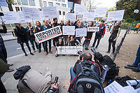 """Als Reaktion auf die Verhaftung von der deutschen Fotojournalisten Ruben Neugebauer, Chris Grodotzki und Bjoern Kietzmann am Samstag den 11. Oktober 2014 in Diyabakir, Tuerkei, versammelten sich am Montag den 13. Oktober 2014 vor der tuerkischen Botschaft in Berlin Journalisten und die internationale Journalistenorganisation """"Reporter ohne Grenzen"""". Die drei Fotojournalisten wurden von einer tuerkischen Antiterror-Einheit mit dem Vorwurf festgenommen, sie seien Spione und Saboteure. Sie hatten aus Diybakir ueber die Konflikte der Kurden mit den tuerkischen Behoerden und Sicherheitskraeften berichtet, die aufgrund des Krieges der Terrororganisation Islamischer Staat (IS) ausgebrochen waren.<br /> Neugebauer, Grodotzki und Kietzmann wurden am 13. wieder aus der Haft entlassen und es wurde in einer ersten Verhandlung ueber eine moegliche Abschiebung aus der Tuerkei entschieden. Die drei duerfen vorerst weiter in der Tuerkei bleiben, jedoch koennen sie nicht arbeiten, da ihre Arbeitsgeraete beschlagnahmt bleiben.<br /> Weiter sitzen ca. 20 weitere lokale und internationale Journalisten in Haft, die ueber den Konflikt der Kurden im syrischen Kobane mit der Terrororganisation IS berichteten.<br /> 13.10.2014, Berlin<br /> Copyright: Christian-Ditsch.de<br /> [Inhaltsveraendernde Manipulation des Fotos nur nach ausdruecklicher Genehmigung des Fotografen. Vereinbarungen ueber Abtretung von Persoenlichkeitsrechten/Model Release der abgebildeten Person/Personen liegen nicht vor. NO MODEL RELEASE! Don't publish without copyright Christian-Ditsch.de, Veroeffentlichung nur mit Fotografennennung, sowie gegen Honorar, MwSt. und Beleg. Konto: I N G - D i B a, IBAN DE58500105175400192269, BIC INGDDEFFXXX, Kontakt: post@christian-ditsch.de<br /> Urhebervermerk wird gemaess Paragraph 13 UHG verlangt.]"""