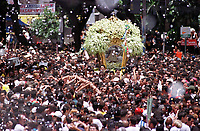 Promesseiros levantam a corda que seguram em pagamento de promessas feitas a Nossa Senhora de Nazaré  tendo ao fundo a berlinda que leva a imagem da santa , no decorrer da procissão que ocorre a mais de 200 anos em Belém Pará Brasil<br />As estimativas são de mais de 1.500.000 pessoas acompanhando a procissão<br />08/10/2000<br />Foto Paulo Santos/Interfoto.