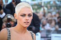 Kristen Stewart pose sur le tapis rouge à l'occassion de la montée des marches pour le film 120 BATTEMENtS PAR MINUTE pendant le soixante-dixième (70ème) Festival du Film à Cannes, Palais des Festivals et des Congres, Cannes, Sud de la France, samedi 20 mai 2017. Philippe FARJON / VISUAL Press Agency