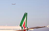 Un aereo Ryanair decolla un all'aeroporto internazionale di Roma Fiumicino, 16 aprile 2016. In primo piano un aereo Alitalia.<br /> A Ryanair aircraft takes off past an Alitalia aircraft at Rome's Fiumicino international airport, 16 April 2016.<br /> UPDATE IMAGES PRESS/Riccardo De Luca
