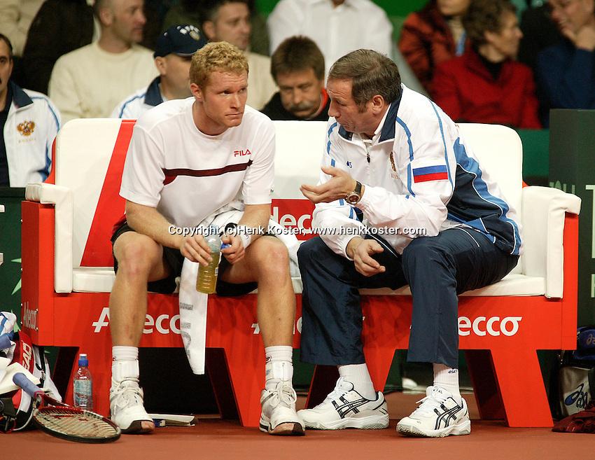 10-2-06, Netherlands, tennis, Amsterdam, Daviscup.Netherlands Russia,Russian captain Shamil Tarpischev coaches his player Tursunov