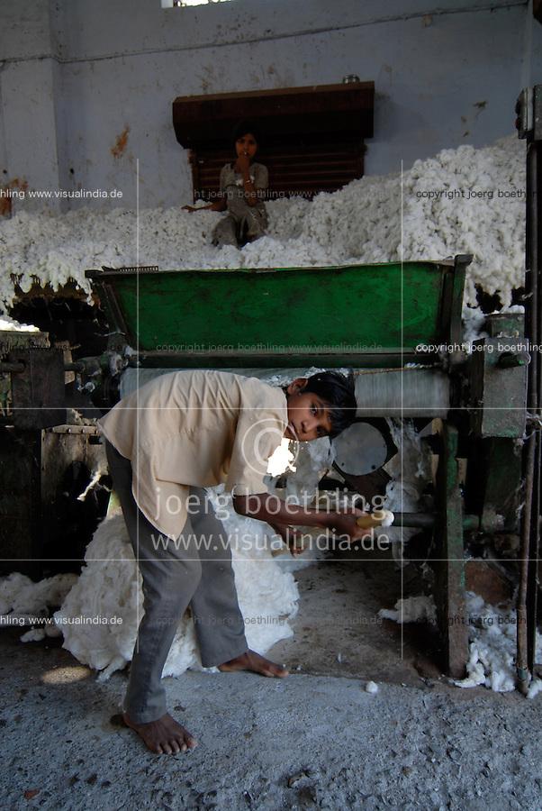 INDIA Madhya Pradesh , children work in ginning factory where cotton fibre is separated from seed / Indien Madhya Pradesh Mandleshwar , Kinder stopfen Rohbaumwolle in die Entkernungsmaschinen in einer Fabrik um Faser vom Samen zu trennen