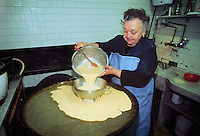 """- Genoa, italian food, preparation of chickpea pie in the """"Sciamadda"""" fried food store....- Genova, cucina tipica italiana, preparazione della farinata di ceci nella friggitoria """"Sciamadda"""" (fiammata)"""