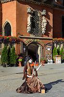 Geigerin vor Piwnica Swidnicka (Schweidnitzer Keller) im gotisches Rathaus am Marktplatz (Rynek Glowny) in Wroclaw (Breslau), Woiwodschaft Niederschlesien (Województwo dolnośląskie), Polen, Europa<br /> Violinist at Piwnica Swidnicka (Schweidnitz Cellar) in Gothic townhall at Marketplace (Rynek Glowny) in Wroclaw,  Poland, Europe
