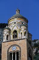 Europe/Italie/Côte Amalfitaine/Campagnie/Amalfi : Le Duomo di Sant'Andrea (dont la structure date du XVIII° et la façde du XIX°) - Le campanile (XII° et XIII°) orné d'arcs tressés motif d'influence arabe typique de l'architecture de la côte amalfitaine
